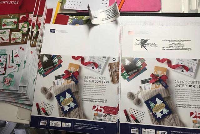 Katalogvorbereitungen , die neuen Kataloge sind gestern gekommen und nun werden sie versandfertig gemacht . Bald schon machen sie sich auf die Reise zu euch. Wer mich noch nicht kontaktiert hat und gerne ein Exemplar in Händen halten möchte, meldet euch bei mir über die bekannten Kanäle . Dann haltet auch ihr schon bald euer eigenes Exemplar in euren Händen. Es sind so wunderschöne Sachen zu entdecken 🥰! #julamé #stampinup #werbung #katalogvorbereitung #herbstwinterkatalog2019 #einhauchvonherbstundweihnachtenliegtinderluft