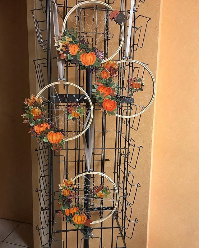 Unser zweites und zeitaufwendigstes Projekt war ein herbstlicher Stickrahmen, gedacht als Fenster-/ Wand- oder Türdeko, hier mal mit Schnürungen und transparenter Optik. Macht richtig Lust auf Herbst. #julamé #workshoptime #sudemo #stampinup #werbungwegenmarkennennung #herbststimmung #colorierenentspannt